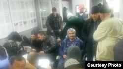 Таджикские трудовые мигранты, застрявшие на российско-казахской границе.