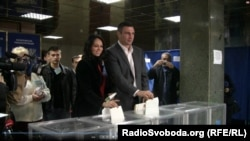 """Лидер партии """"УДАР"""" Виталий Кличко вместе с женой на избирательном участке. Киев, 28 октября 2012 года."""