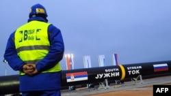 Рабочий рядом с газопроводом, по которому газ поставляется из России в Сербию.