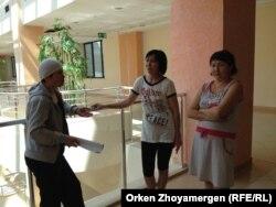 Матери детей, проходящих лечение в Национальном центре материнства и детства. Астана, 24 июля 2013 года.