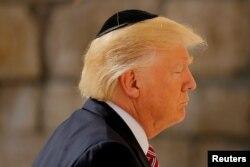 Президент США Дональд Трамп молиться біля Стіни Плачу в Єрусалимі 22 травня