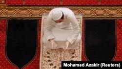 Një besimtar mysliman falet në një xhami në Bejrut.