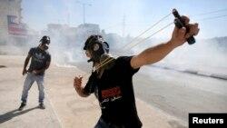 Палестинец с рогаткой нападает на израильских военнослужащих