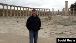 سایمون شرکلیف از سال ۱۹۹۸ در وزارت خارجه بریتانیا مشغول به کار است.