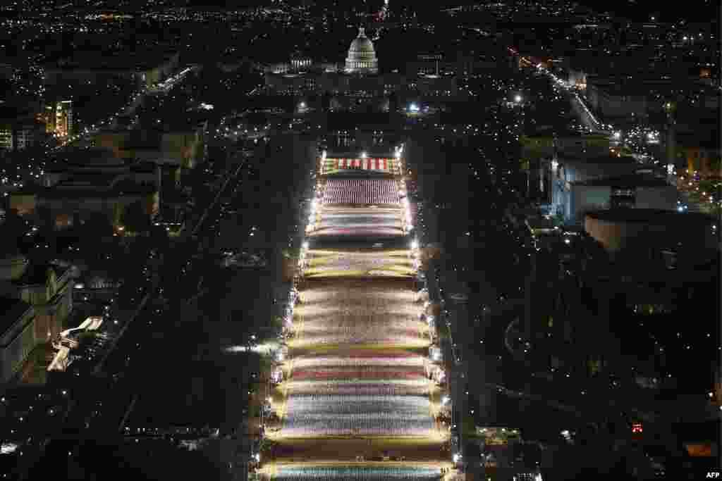 """""""Поле од знамиња""""илуминација пред зградата на Капитол во чест на сите оние што не можат да дојдат на инаугурацијата на Бајден"""
