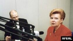 Инициаторы обсуждения преступлений тоталитаризма смотрят далеко. Президент Латвии Вайра Вике-Фрейберга у микрофона РС