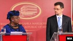 Вицепремиерот Зоран Ставрески и управниот директор на Светска банка Нгози Оконџо-Ивеала на прес-конференција во македонската Влада