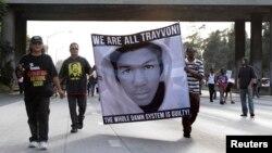 Демонстранти виражають своє невдоволення рішенням суду виправдати Джорджа Зіммермана, Лос-Анджелес, 14 липня 2013 року