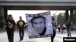 Demonsturesit e pakënanqur me vendimin për lirimin e personit George Zimmerman, i cili ka shtënë kundër të riut zezak Trayvon Martin