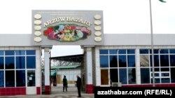 У рынка в Ашгабате. Иллюстративное фото.