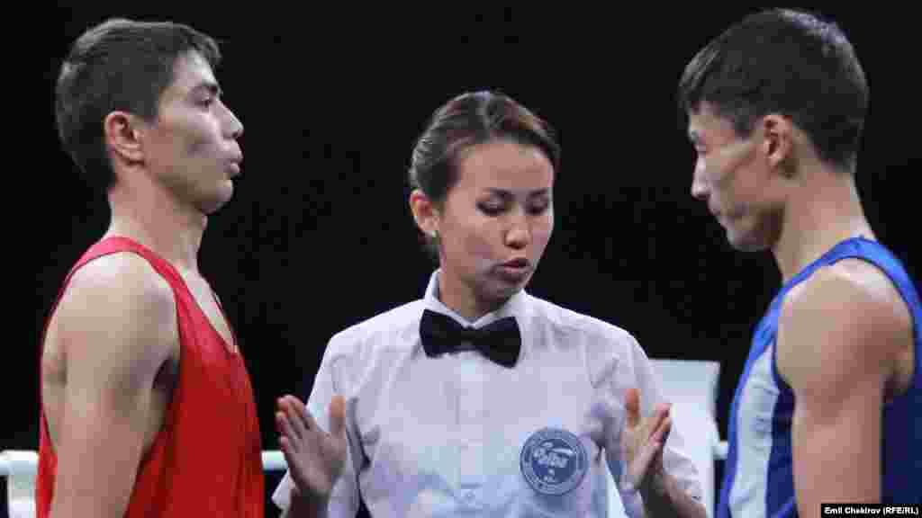 Кандидат в мастера спорта, представляющий город Джалал-Абад, Муптохиддин Азимов (слева) и представитель Нарынской области, кандидат в мастера спорта Жаныбек уулу Дыйкан (справа).