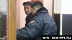 Полиция қызметкері Абловас Жұмаевты апелляциялық сот отырысынан соң залдан әкетіп барады. Ақтау, 15 қараша 2018 жыл.