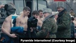 Обшук на КПП. Кадр з фільму Сергія Лозниці «Донбас»