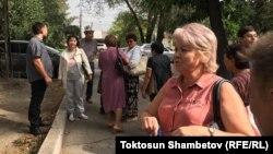 Депутат Ирина Карамушкина возле здания суда, где проходило заседание по делу экс-президента Алмазбека Атамбаева. Бишкек, 16 августа 2019 года.