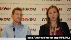 Адвокат Михаил Кушпель и правозащитница Ольга Скрипник на паресс-конференции в Киеве 16 сентября 2016 года