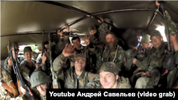 Російські найманці прямують у Донецьк у вантажівці