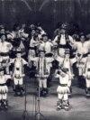 Cântarea României, 1977. Trupe școlare de dans popular într-un moment de mare intensitate artistică. Sursa: comunismulinromania.ro (MNIR)