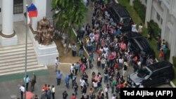 Angajați ai unui tribunal din Manila au ieșit în fața clădirii dpă cutremurul din 11 august 2017.