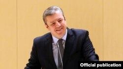 Члены парламента, как большинства, так и меньшинства, задали 28 вопросов Квирикашвили после его краткой программной речи, которая была всем хорошо известна еще со вчерашних комитетских слушаний