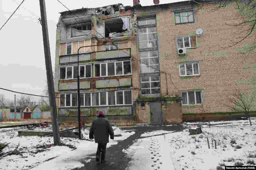 Поврежденный жилой дом в городе Ясиноватая, который контролируют сепаратисты.