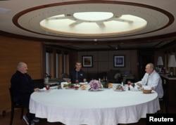 Лукашенко (л) і його син Микола (с) обідають із Путіним (п) на борту «Чайки»