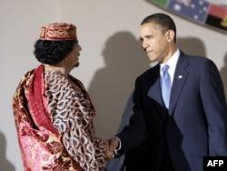 """Барак Обама пожимает руку Муаммару Каддафи во время саммита """"Большой восьмерки"""" в Италии. Лакуила, 9 июля 2009 года."""