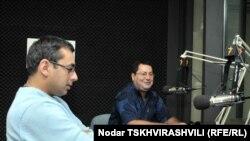 ანდრო ბარნოვი (მარცხნივ) და ირაკლი ალადაშვილი რადიო თავისუფლების თბილისის სტუდიაში
