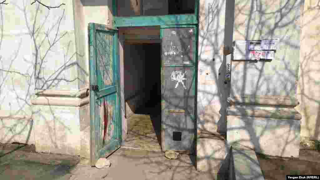 Так виглядає вхід у перший під'їзд, розташований з торця будівлі