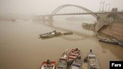 استان خوزستان با چندین معضل زیستمحیطی ازجمله ریزگردها و باران اسیدی دست و پنجه نرم میکند