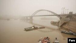 نمایی از پل کارون در شهر اهواز در زیر گرد و غبار