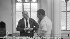Benjamin Britten discutînd cu Sviatoslav Richter la Aldenburgh. Photo: (c) Brian Seed/Lebrecht Music&Arts