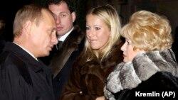 Владимир Путин, Ксения Собчак и ее мать Людмила Нарусова на могиле Анатолия Собчака в Санкт-Петербурге, 29 ноября 2003 года