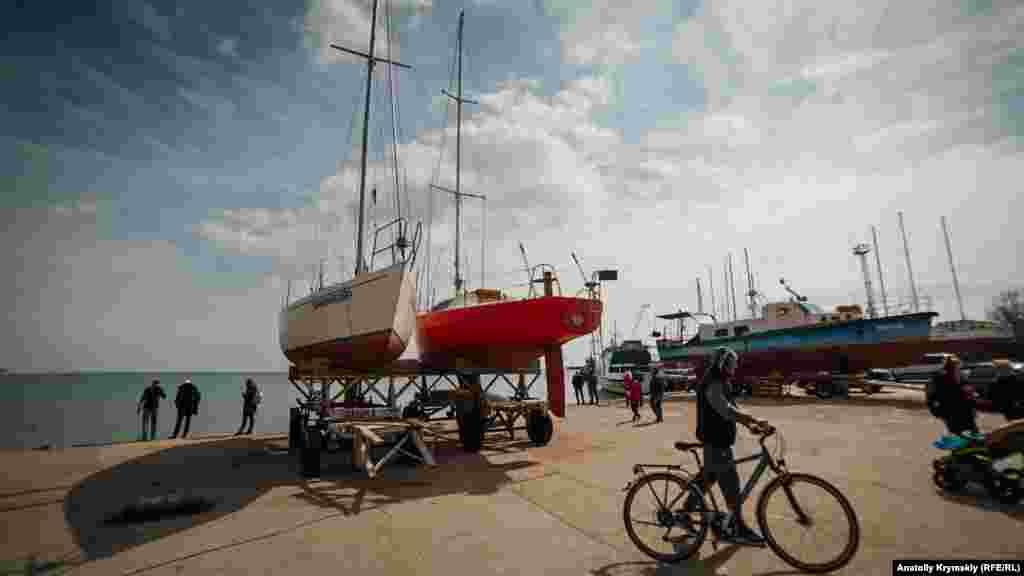 Яхти –в тому числі десять крейсерських –міського яхт-клубу, а також приватні прогулянкові катери нині тісняться на старому причалі №47 біля набережної імені Терешкової в Євпаторії. Та ж картина й на території торгового порту