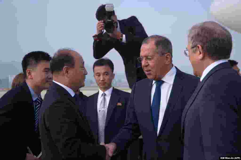 Министра иностранных дел России Сергея Лаврова встречают в аэропорту Пхеньяна.