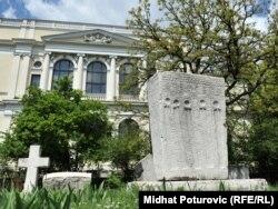 Stećci ispred Zemaljskog muzeja u Sarajevu