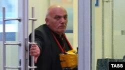 Задержанный у отделения «Ситибанка» в центре Москвы, установленный полицией как 55-летний Арам Петросян, обанкротившийся российский бизнесмен. Москва, 24 августа 2016 года.
