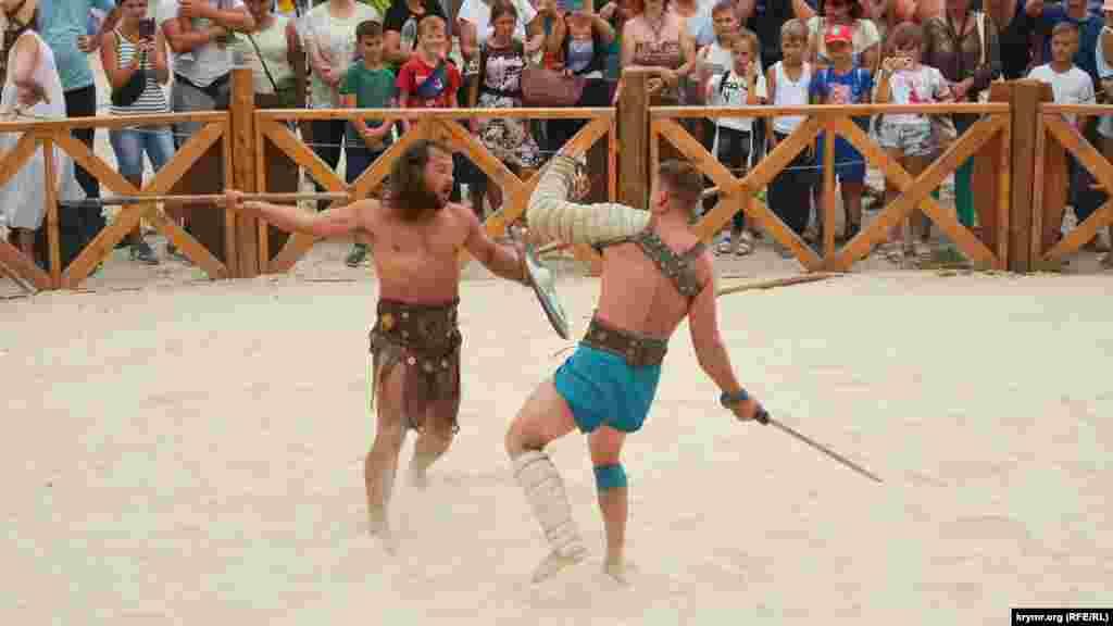 Реконструкция показательного боя между античными гладиаторами в римском лагере (сентябрь 2020 года)