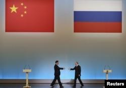 """Президент России Владимир Путин (справа) и его президент Китая Си Цзиньпин на церемонии открытия """"Года китайского туризма в России"""" в Кремлевском дворце. Москва 22 марта 2013 года."""