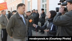 Afghan war expert Vladimir Barabanov talks to the media in Bryansk.