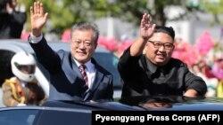 Presidenti i Koresë Jugore, Moon Jae-in (majtas) dhe lideri verikorean, Kim Jong-un.