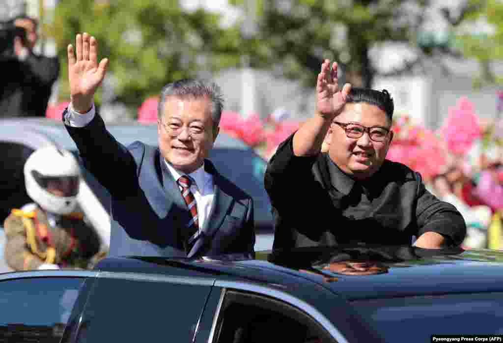 Екі ел президенті Пхеньян орталығында келе жатыр. 18 қыркүйек 2018 жыл.