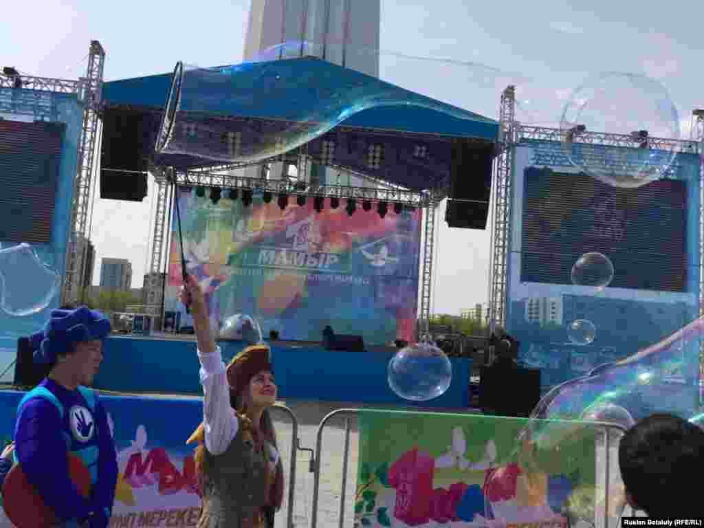 Молодые люди пускают мыльные пузыри. Астана, 1 мая 2016 года.