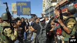 Оппозиция мен олардың қарсыластарының арасында қақтығыс болмауын қадағалап тұрған қауіпсіздік күштері. Александрия, Египет, 6 қыркүйек 2013 жыл. (Көрнекі сурет)