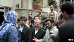 Президент Ирана (справа) вдоволь накуражился над пленниками, прежде чем отпустить их домой