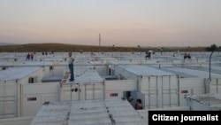 Менее чем через две недели после регистрации первых случаев COVID-19 в Узбекистане в карантинных центрах находилось более 28 тысяч человек. Некоторые центры построены из грузовых контейнеров и напоминают лагеря для беженцев.
