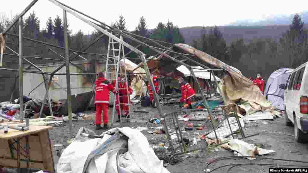 Pripadnici Crvenog krsta/križa u srijedu, 11. decembra, krenuli su u čišćenje te lokacije nakon što su izbjeglice i migranti prebačeni u kasarne u okolini Sarajeva