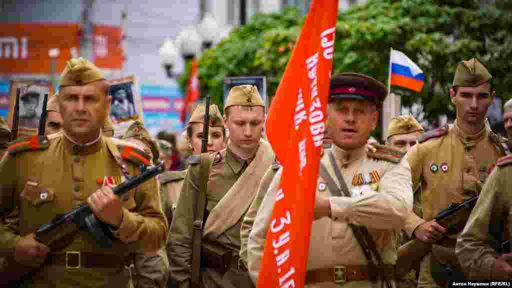 В одній із колон –солдати в формі радянської армії