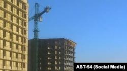 Рабочие в Новосибирске забрались на стрелу крана, чтобы требовать зарплату