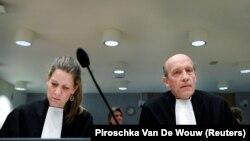 """Адвокаты обвиняемых по делу о сбитом """"Боинге"""" во время судебного заседания по этому делу в Бадховедорпе, 23 марта 2020 года."""
