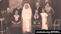 Емігранти з міжвоєнної Польщі у Франції. Святкування першого причастя. Друга справа Яніна Гринцевич. Зліва від неї її батьки
